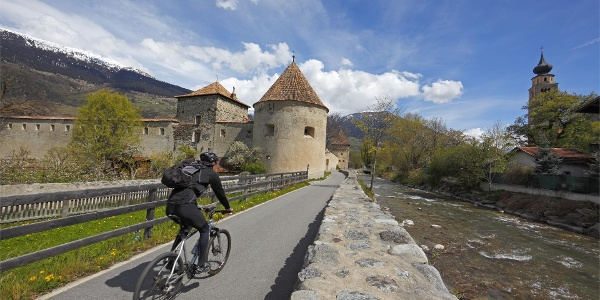 The cycling path crosses also the medieval small town of Glorenza