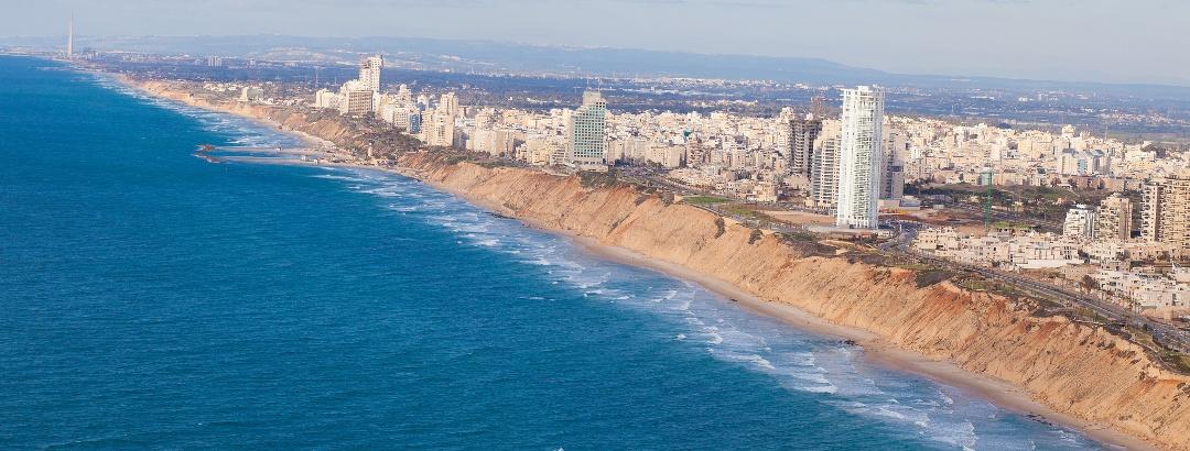 Blick auf Netanja an der Westküste Israels