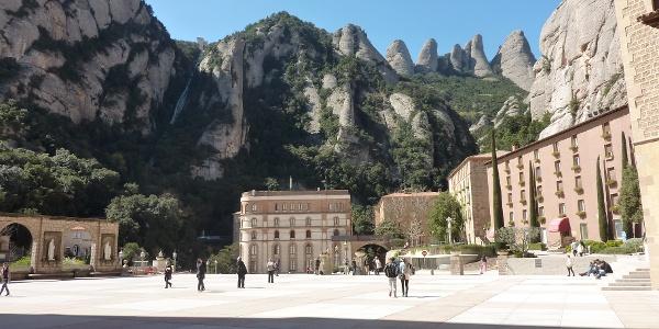 Vor dem Kloster Montserrat