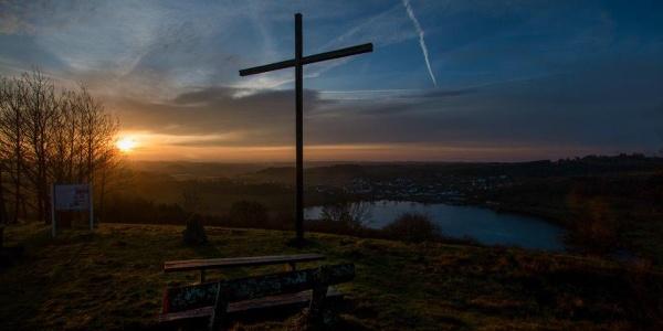 Das Maarkreuz - Sonnenaufgang über dem Schalkenmehrener Maar