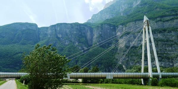Eine Eisenbahnbrücke wird unterquert