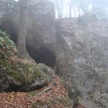 In der Nähe des Ofenberggipfels gibt es einige Höhlen und Boulder-Felsen