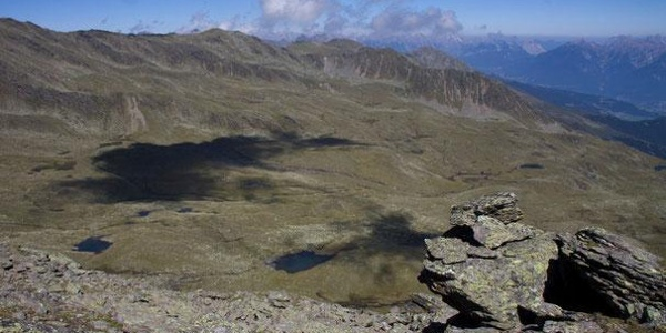 Blick vom Kastengrat auf den Weg zum Roter Kogel und ins Inntal.