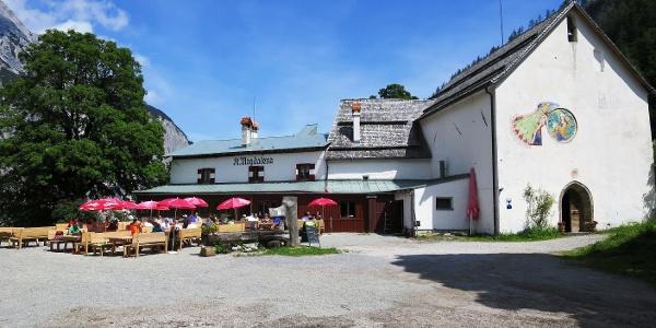 Gasthof und Kapelle St. Magdalena.