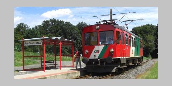 Bahn bei der Haltestelle