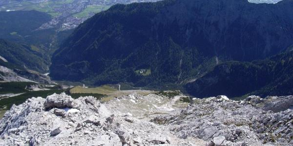 Blick vom Gipfel der Speckkarspitze auf St. Magdalena (Lichtung in Bildmitte) und das Halltal. Hinter dem Halltaler Zunterkopf das Inntal.
