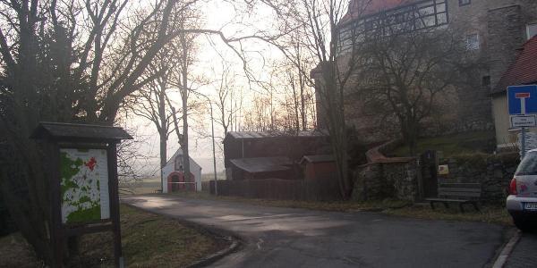 Hier an der Wandertafel unweit des neuen Rathauses geht es los. Im Hintergrund das Waldershofer Schloss und die Johanneskapelle.
