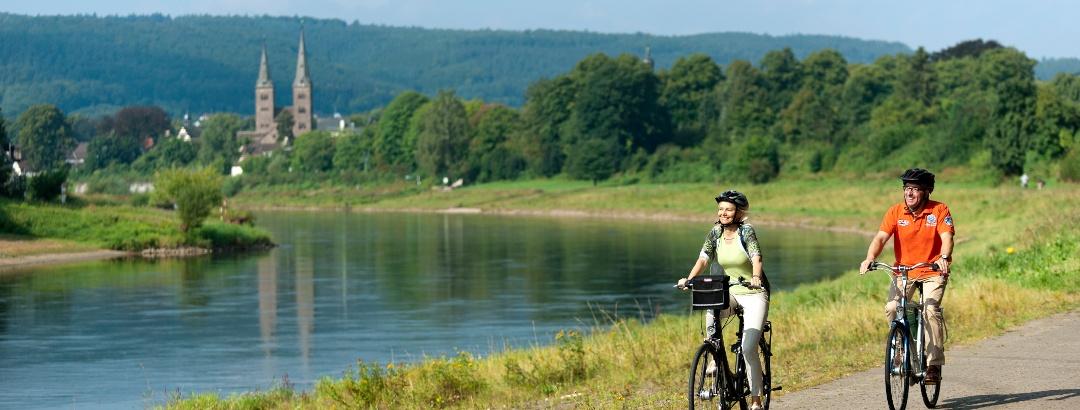 Radfahrer an der Weser bei Höxter