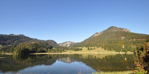 Der Spitzingsee - an diesem hübschen Fleckchen Erde führt die Drei-Seen-Tour am 3. Tag vorbei..