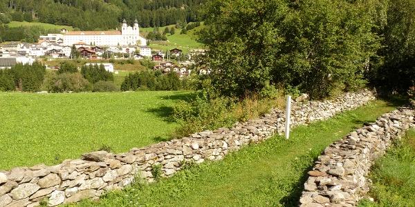 Trockenmauer mit Kloster