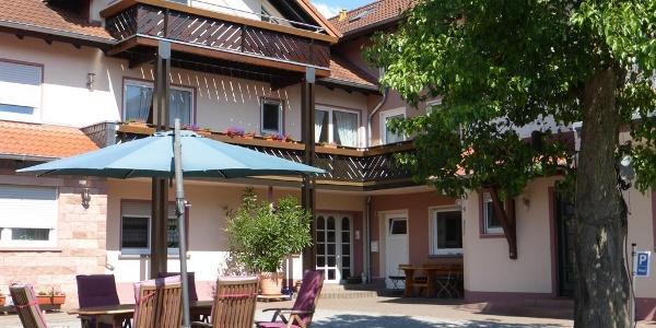 Birnbaumhof - Innenhof mit gemütlichen Sitzecken