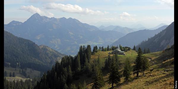 Wendelstein (links) und Taubensteinhaus von der Bergstation der Taubensteinbahn
