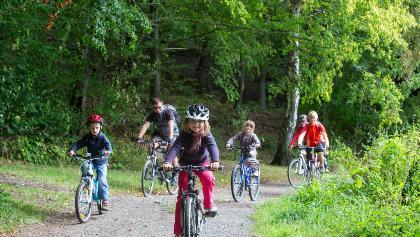 Familie auf dem Sagenweg Pöllwitzer Wald
