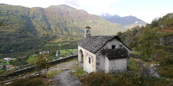 Blick auf die Kapelle Madonna della Pioda und das Maggiatal