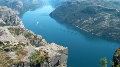 Das Plateau des Preikestolen und das Lysefjord von einer sehr übersichtlichen Position aus gesehen