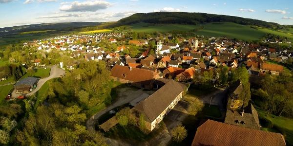 Blick über Amelunxen zum Oster- und Wildberg