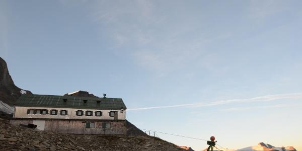 Aufbruch vom Schwaigerhaus zur Königsetappe; die Gletscher leuchten schon.