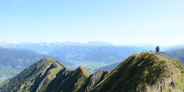 Der Alexander-Enzinger-Weg folgt luftig einem grasigen Kamm über dem Pinzgau.
