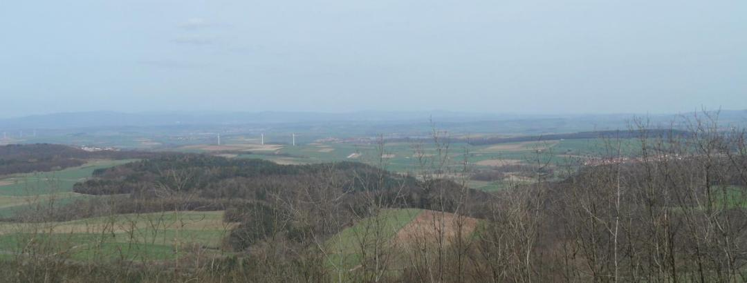 Blick von der Mackenröder Spitze (Aussichtsturm Harzblick) zum Seeburger See und zum Südharz