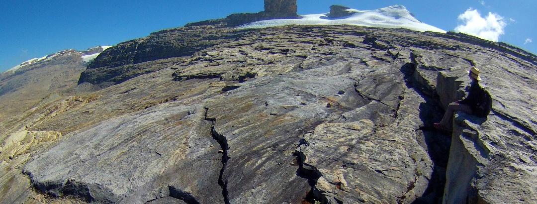 Blick vom Gipfelplateau auf Púlpito del Diablo (4949 m - links) und Pan De Azúcar (5250 m - rechts)