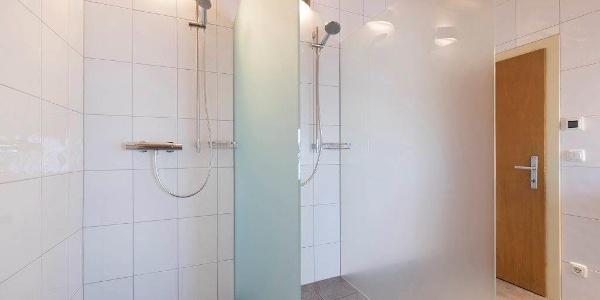neue Duschen am Flur