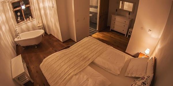 Schlafzimmer_Moni mit_Badewanne
