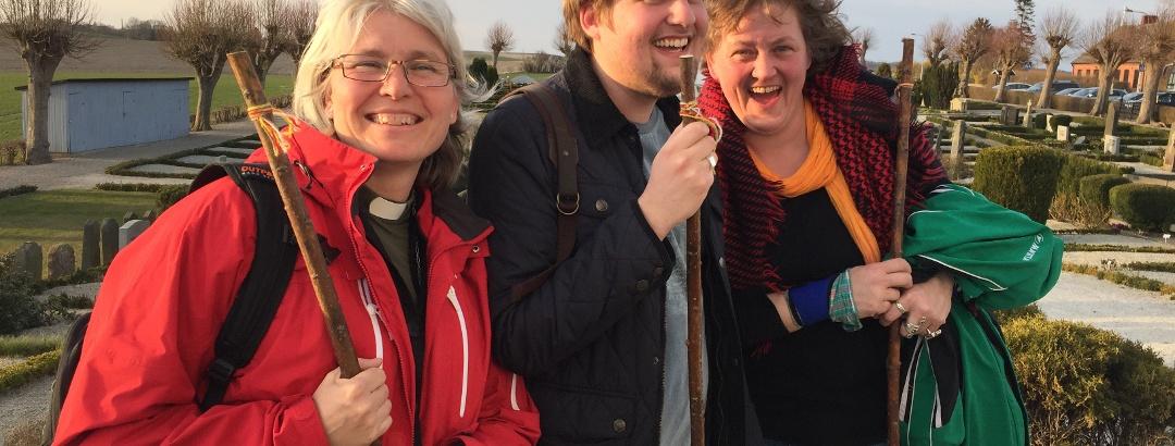 Glada pilgrimmer vid Fru Alstad kyrka