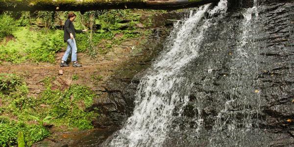 sehr schmaler Weg zum Wasserfall hin. Bei Nässe sehr rutschig!
