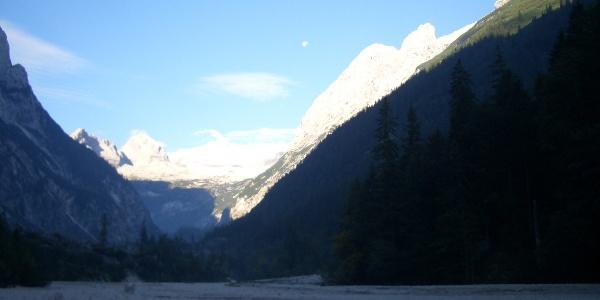 Impressionen der Morgenstunden: Das Tal noch im kühlen Schatten, hinten leuchten die letzten Rest des Winters
