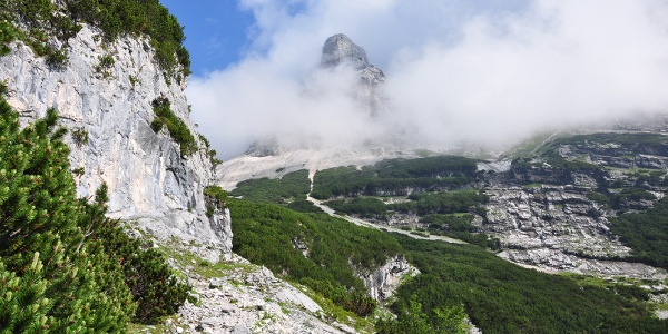 Auf dem Weg zur Knorrhütte - Der Brunntalkopf spitzt aus den Wolken raus