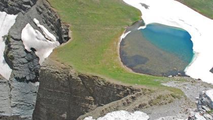 Der steile Felsabbruch im Osten des Drakolimni