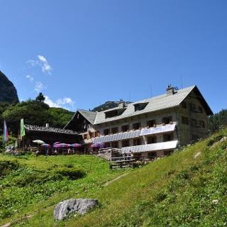 Startpunkt des 4. Tages der Watzmanntour - Das Kärlingerhaus am Funtensee