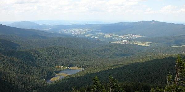 Blick vom Großen Arber zum Kleinen Arbersee und Lamer Winkel mit Osser