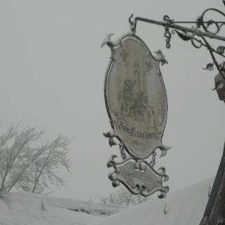 Im Winter, das Wirtshausschild des Kindelbergturms.