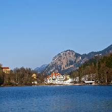 Blick über den Alpsee auf die Königsschlösser und das Museum der Bayerischen Könige