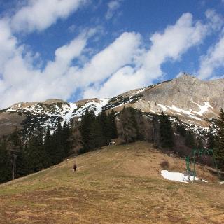 die Tragepassageendet am Fuss der beiden Rinnen (oberhalb der Alpinistin).