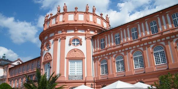Das Schloss Biebrich am Rheinufer ist die barocke Residenz der ehemaligen Fürsten von Nassau.