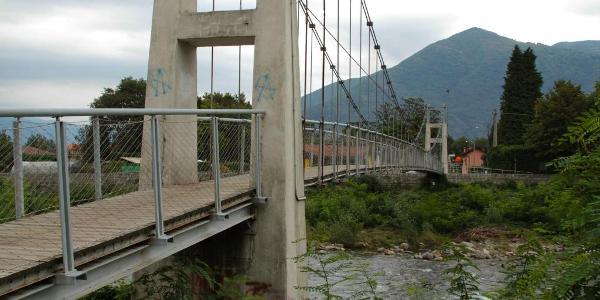 Die Fußgänger-Hängebrücke in Cannobio