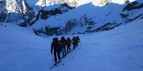 Wenige Minuten nach dem Start vom Refuge Glacier Blanc (Bildmitten). im Hintergrund: L'Ailefroide (links, 3927 m) und Pic Coolidge (rechts, 3745 m).
