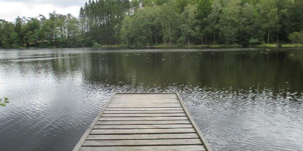 Passa på att svalka fötterna i Åsljungasjön