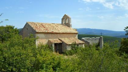 Kirche mit Signel de Lure im Hintergrund - ©Ferienhaus La Rostane