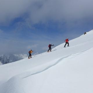 Über freie Hänge geht es Richtung Gipfel