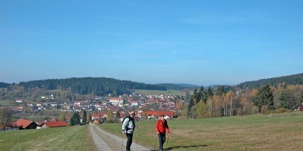 """Blick von """"Aug ins Land"""" nach St. Englmar mit dem Kapellenberg"""