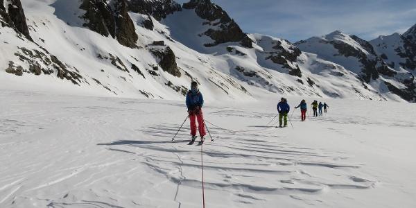 Am Glacier Blanc, hinten die Refuge Écrins, darüber der Pic de Neige Cordier (3614 m).