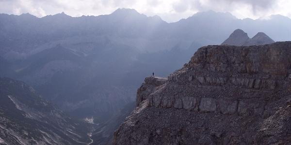 Endlose Karwendel-Weite: Im Gipfelbereich der Birkkarspitze