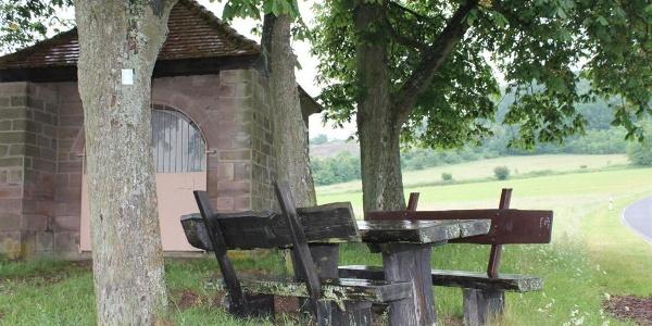 Haschbach - Kapelle (Sitzgruppe)