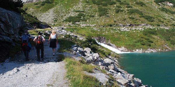 Wanderweg entlang des Stausees