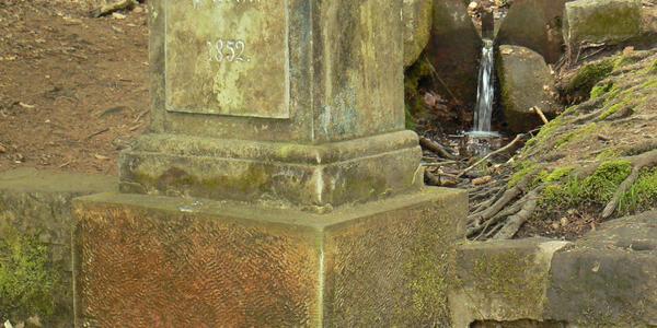 Die Barbara-Quelle in der Felsenstadt Hrubá Skála