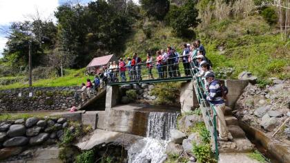 Querung der Ribeira da Tabua über eine Brücke