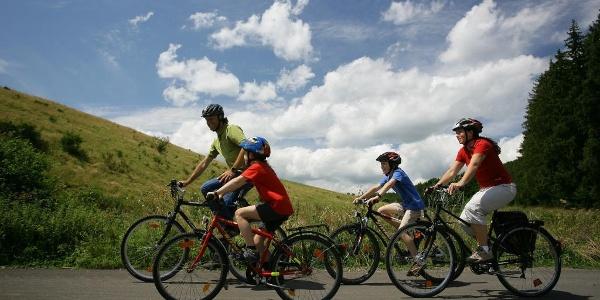 Eifel-Ardennen-Radweg_Familie beim Radfahren
